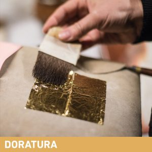 Phase Italia - Soluzioni per il restauro - Applicazione oro vero con pennellessa Vajo e cuscino per doratori