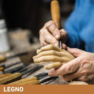 Phase Italia - Soluzioni per il restauro - Artigiano intaglia mano di legno con sgorbia