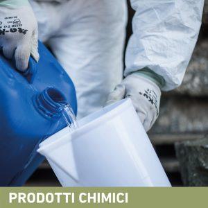 Phase Italia - Soluzioni per il restauro - Vista travaso prodotto chimico prima dell'applicazione