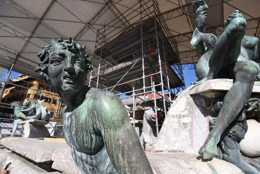 Proseguono i lavori di restauro della Fontana del Nettuno - Vista dei bronzi