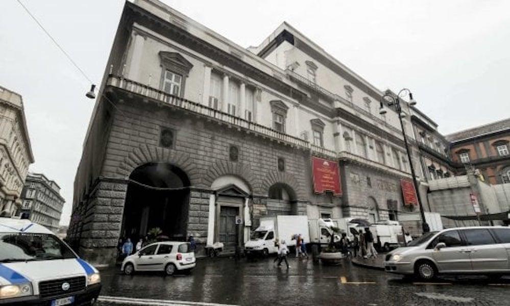 Phase Italia blog - Al via i lavori restauro facciate teatro San Carlo di Napoli - vista della facciata dalla piazza