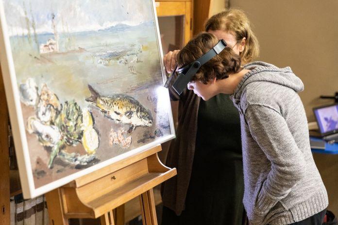 Phase Italia Blog - Progetto Outdoor - quando i musei vanno a scuola - bambino osserva da vicino opera d'arte