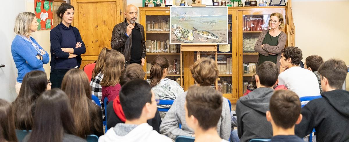 Phase Italia Blog - Progetto Outdoor - quando i musei vanno a scuola - vista di una classe che assiste ad una spiegazione di un'opera